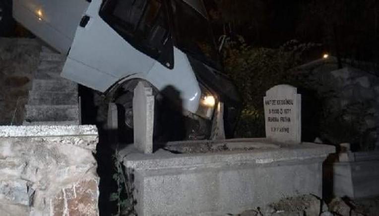 Tokat'ta minibüs mezarlığa uçtu: 2 yaralı